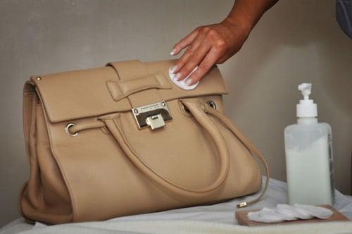 cách làm sạch túi giả da bằng dấm ăn
