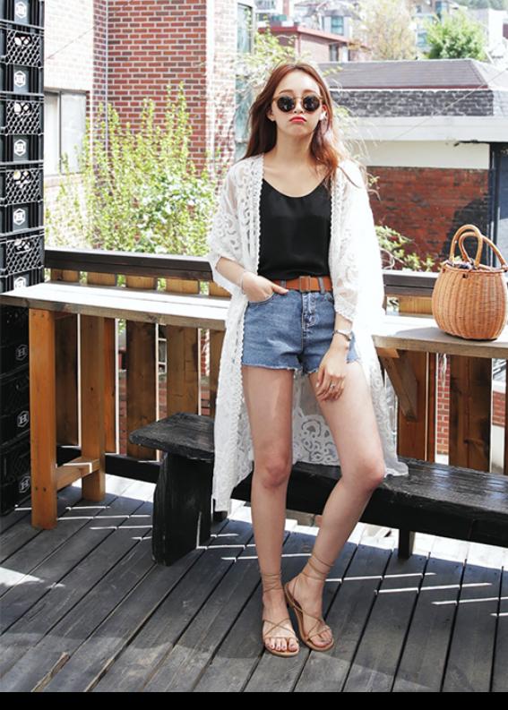 Giày sandal đế bệt nữ kết hợp short jean phong cách